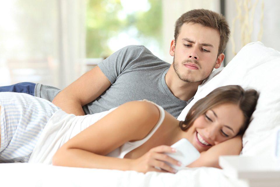 Consultorio: ¿Qué hacer si desconfío de mi pareja?